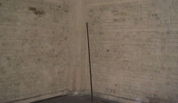 Brick_walls_in_Meridian_House-_Greenwich.jpg
