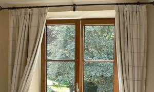 1024px-Gordijnen_aan_venster.JPG