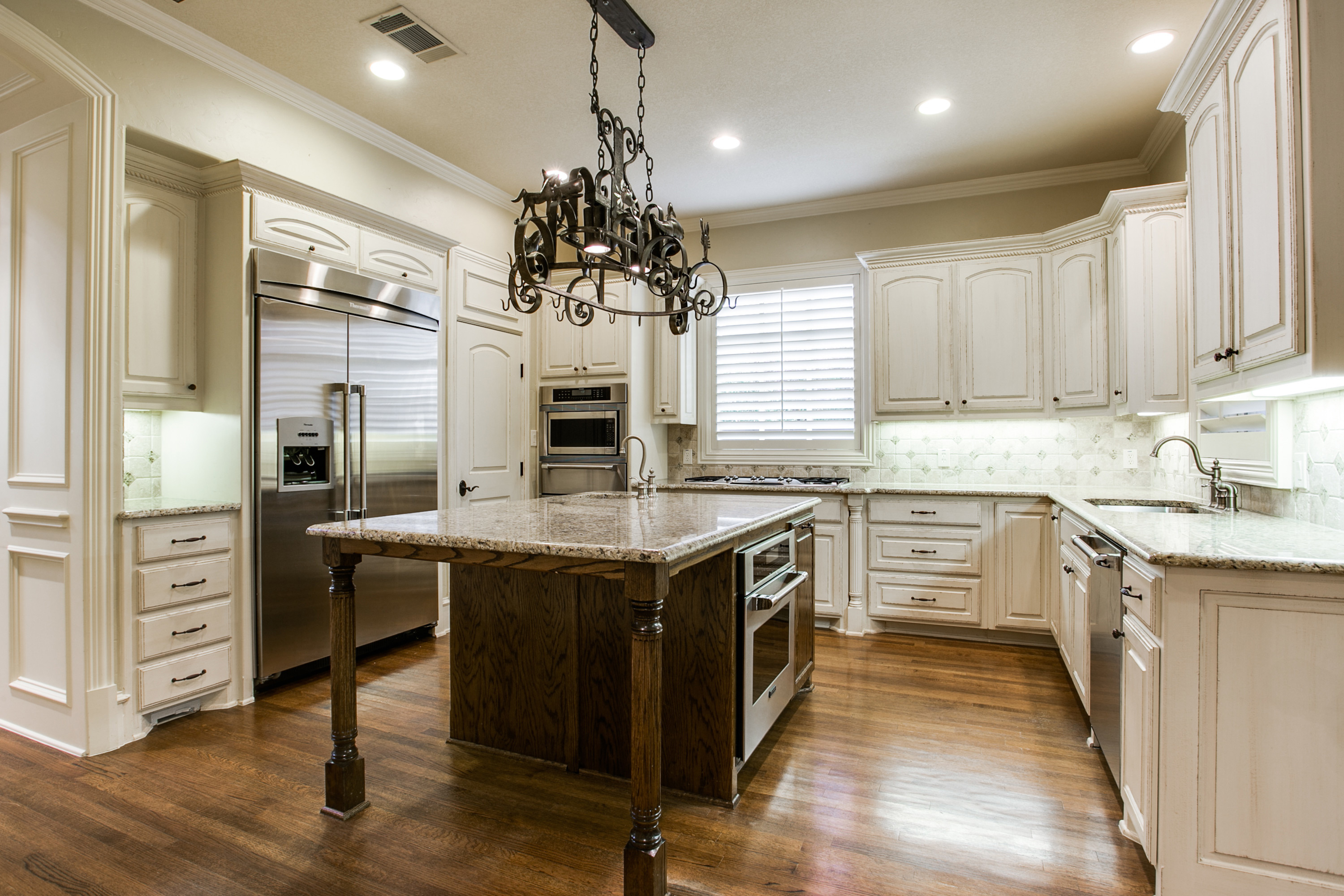 5 must see gourmet kitchens dallas fort worth coldwell for Gourmet kitchen islands